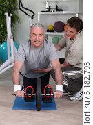 Купить «Мужчина занимается с персональным тренером», фото № 5182793, снято 13 апреля 2010 г. (c) Phovoir Images / Фотобанк Лори