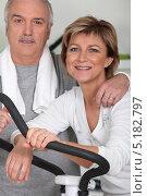 Купить «Пара средних лет занимается в спортзале вместе», фото № 5182797, снято 13 апреля 2010 г. (c) Phovoir Images / Фотобанк Лори