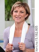 Купить «Женщина в спортзале с полотенцем на шее», фото № 5182805, снято 13 апреля 2010 г. (c) Phovoir Images / Фотобанк Лори
