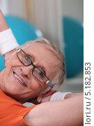 Купить «Улыбающаяся пожилая женщина в очках занимается спортом», фото № 5182853, снято 13 апреля 2010 г. (c) Phovoir Images / Фотобанк Лори