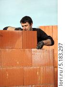 Купить «Каменщик строит стену», фото № 5183297, снято 26 ноября 2009 г. (c) Phovoir Images / Фотобанк Лори
