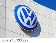 Купить «Вывеска на автосалоне Volkswagen», фото № 5193229, снято 16 июня 2019 г. (c) FotograFF / Фотобанк Лори