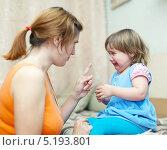 Купить «Женщина ругает плачущего ребенка в домашнем интерьере», фото № 5193801, снято 24 октября 2012 г. (c) Яков Филимонов / Фотобанк Лори