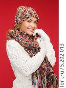 Купить «Красивая и счастливая молодая женщина в белом вязаном свитере», фото № 5202013, снято 27 сентября 2013 г. (c) Syda Productions / Фотобанк Лори
