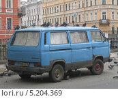 Купить «Голуби на микроавтобусе Volkswagen», фото № 5204369, снято 21 августа 2011 г. (c) Алексей Дубинин / Фотобанк Лори