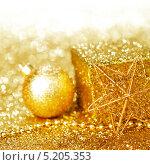 Золотистые рождественские украшения и подарочная коробка на золотистом блестящем фоне. Стоковое фото, фотограф Иван Михайлов / Фотобанк Лори