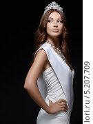 Купить «Красивая женщина в белом длинном платье с бриллиантовой короной на голове», фото № 5207709, снято 10 июня 2013 г. (c) Raev Denis / Фотобанк Лори