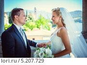 Купить «Красивые жених и невеста стоят на террасе», фото № 5207729, снято 10 августа 2013 г. (c) Raev Denis / Фотобанк Лори