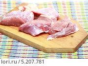 Купить «Свежее мясо на разделочной доске. Говяжья мякоть рульки», эксклюзивное фото № 5207781, снято 26 октября 2013 г. (c) Яна Королёва / Фотобанк Лори