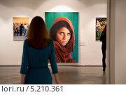 Знаменитая фотография афганской девочки Стива Мак-Карри на юбилейной выставке National Geographic в Центре фотографии имени братьев Люмьер, Москва (2013 год). Редакционное фото, фотограф Николай Винокуров / Фотобанк Лори