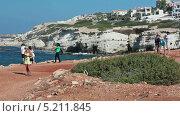 Купить «Туристы на экскурсии. Посещение скалистого берега с морскими пещерами в селении Pejia, Пафос, Кипр», видеоролик № 5211845, снято 27 октября 2013 г. (c) Кекяляйнен Андрей / Фотобанк Лори