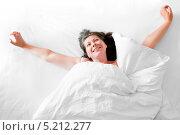 Купить «Счастливая женщина потягивается после сна в постели», фото № 5212277, снято 11 июня 2013 г. (c) Константин Лабунский / Фотобанк Лори