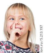 Купить «Веселая девочка ковыряется в носу», фото № 5213197, снято 26 октября 2013 г. (c) Дмитрий Наумов / Фотобанк Лори