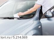 Купить «Табличка с периодом оплаченной парковки под стеклом автомобиля», фото № 5214069, снято 5 июля 2013 г. (c) Syda Productions / Фотобанк Лори