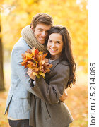Купить «Влюбленная пара в парке осенью», фото № 5214085, снято 5 октября 2013 г. (c) Syda Productions / Фотобанк Лори