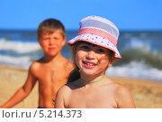 Купить «Счастливые, жизнерадостные дети на пляже на фоне моря», фото № 5214373, снято 20 июня 2013 г. (c) Ирина Здаронок / Фотобанк Лори
