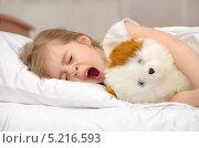 Купить «Девочка зевает, лежа в постели», фото № 5216593, снято 22 января 2012 г. (c) Икан Леонид / Фотобанк Лори