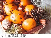 Купить «Рождественская корзинка с мандаринами, шишками и палочками корицы», фото № 5221749, снято 27 октября 2013 г. (c) Оксана Ковач / Фотобанк Лори