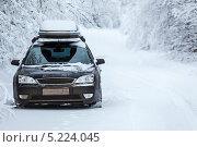 Купить «Автомобиль на обочине проселочной заснеженной дороги», фото № 5224045, снято 1 января 2013 г. (c) Кекяляйнен Андрей / Фотобанк Лори