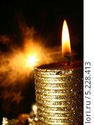 Праздничный фон с золотой горящей свечой и боке в виде звезд. Стоковое фото, фотограф Иван Михайлов / Фотобанк Лори