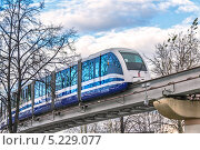 Купить «Москва. Поезд московской монорельсовой транспортной системы движется по эстакаде», фото № 5229077, снято 25 октября 2013 г. (c) Владимир Сергеев / Фотобанк Лори