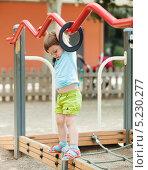 Трехлетний ребенок играет на детской площадке летом. Стоковое фото, фотограф Яков Филимонов / Фотобанк Лори