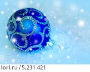 Купить «Елочный шар на снегу», фото № 5231421, снято 23 марта 2012 г. (c) ElenArt / Фотобанк Лори