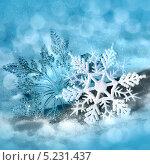Купить «Рождественские украшения - снежинки на голубом фоне», фото № 5231437, снято 23 марта 2012 г. (c) ElenArt / Фотобанк Лори