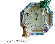 Часы,украшенные новогодними игрушками, изолированы на белом. Стоковое фото, фотограф Игорь Мицкевич / Фотобанк Лори