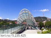 Купить «Мост Мира - пешеходный мост на реке Мтквари в Тбилиси, Грузия», фото № 5235425, снято 3 июля 2013 г. (c) Евгений Ткачёв / Фотобанк Лори