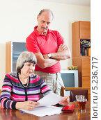 Купить «Пожилые супруги вместе читают документы в комнате», фото № 5236717, снято 21 апреля 2018 г. (c) Яков Филимонов / Фотобанк Лори