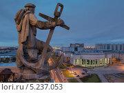 Купить «Санкт-Петербург, скульптура моряка на вершине здания сталинского неоклассицизма на Московском проспекте», фото № 5237053, снято 28 сентября 2013 г. (c) Смелов Иван / Фотобанк Лори