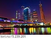 """Деловой центр """"Москва-Сити"""" и мост """"Багратион"""" на закате (2012 год). Редакционное фото, фотограф E. O. / Фотобанк Лори"""