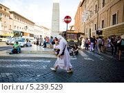 Моняхиня с пакетиком Chanel на улице Рима (2012 год). Редакционное фото, фотограф Алексей Хоруженко / Фотобанк Лори