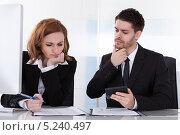 Купить «мужчина и женщина в офисе думают на решением проблемы», фото № 5240497, снято 21 апреля 2013 г. (c) Андрей Попов / Фотобанк Лори