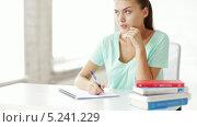 Купить «Привлекательная студентка выполняет домашнее задание», видеоролик № 5241229, снято 2 июня 2013 г. (c) Syda Productions / Фотобанк Лори