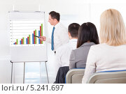 Купить «бизнес тренер проводит обучение офисных сотрудников», фото № 5241697, снято 20 апреля 2013 г. (c) Андрей Попов / Фотобанк Лори
