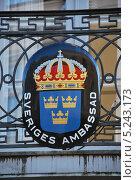 Эмблема посольства Швеции. Малый герб Швеции. Стоковое фото, фотограф Елена Носик / Фотобанк Лори