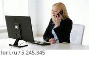 Купить «Привлекательная сотрудница отвечает на звонок по телефону», видеоролик № 5245345, снято 15 июня 2013 г. (c) Syda Productions / Фотобанк Лори