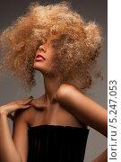 Купить «Эксцентричная девушка с кудрявыми длинными волосами», фото № 5247053, снято 6 июля 2010 г. (c) Syda Productions / Фотобанк Лори