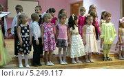 Купить «Детишки читают выученные стихи в детском садике», видеоролик № 5249117, снято 7 ноября 2013 г. (c) Кекяляйнен Андрей / Фотобанк Лори