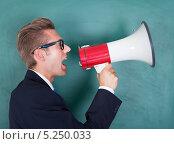 Купить «молодой мужчина в пиджаке кричит в мегафон», фото № 5250033, снято 6 июля 2013 г. (c) Андрей Попов / Фотобанк Лори