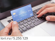 Купить «мужские руки с с банковской картой и клавиатурой ноутбука», фото № 5250129, снято 6 июля 2013 г. (c) Андрей Попов / Фотобанк Лори