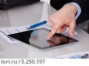Купить «мужская рука что-то показывает на цифровом планшете», фото № 5250197, снято 12 мая 2013 г. (c) Андрей Попов / Фотобанк Лори