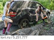 Купить «Девушки толкающие застрявший автомобиль», фото № 5251777, снято 24 августа 2013 г. (c) макаров виктор / Фотобанк Лори