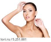 Купить «Портрет молодой красивой женщины на белом фоне», фото № 5251881, снято 20 сентября 2013 г. (c) Валуа Виталий / Фотобанк Лори
