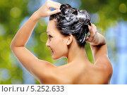 Купить «Девушка моет волосы», фото № 5252633, снято 21 мая 2010 г. (c) Валуа Виталий / Фотобанк Лори