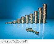 Купить «золотой ключ и стопки монет на голубом фоне», фото № 5253941, снято 9 мая 2013 г. (c) Андрей Попов / Фотобанк Лори