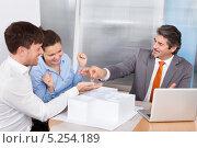 Купить «менеджер строительной компании отдает счастливой паре ключи от новой квартиры», фото № 5254189, снято 25 августа 2013 г. (c) Андрей Попов / Фотобанк Лори