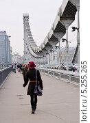 Купить «Пешеходы на Крымском мосту. Москва», эксклюзивное фото № 5255265, снято 10 октября 2013 г. (c) Илюхина Наталья / Фотобанк Лори